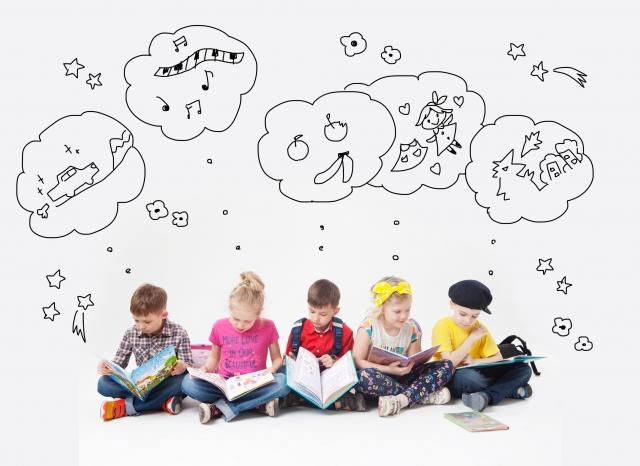 子供たちが本を読んで空想しているところ