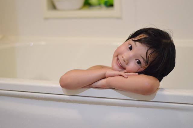 楽しそうにお風呂に入っている子供