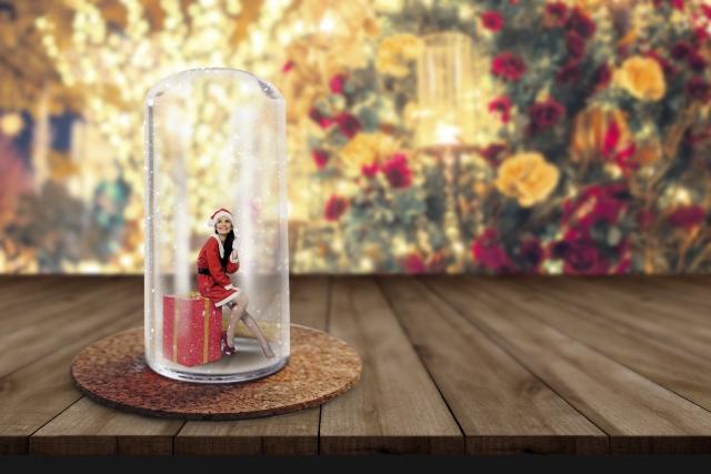 サンタクロースの服を着ている女性