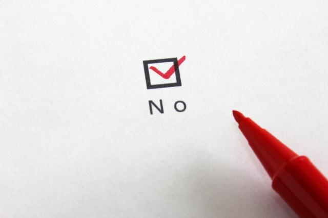 NOと書かれたチェックマークに赤ペン