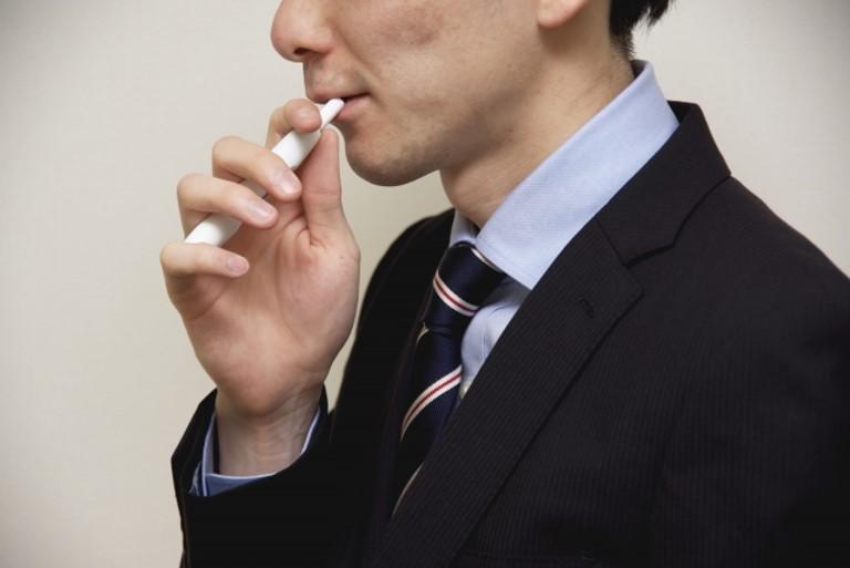 アイコスを吸う男性
