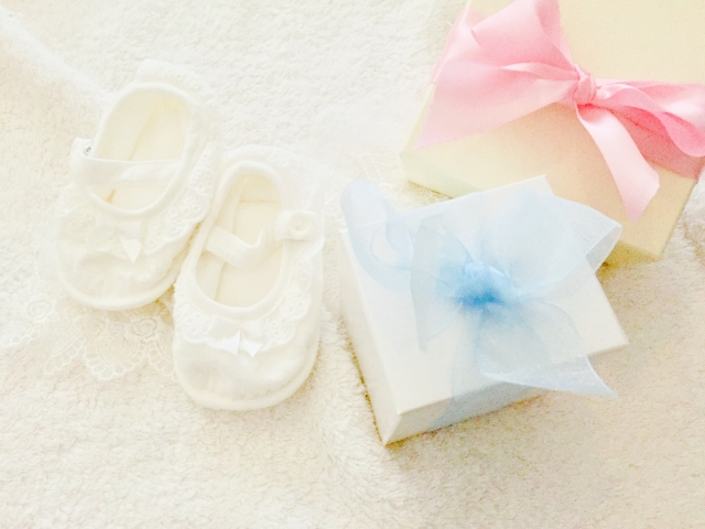 赤ちゃんの靴とプレゼント
