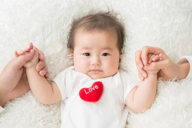パパとママと手をつなぐ赤ちゃん