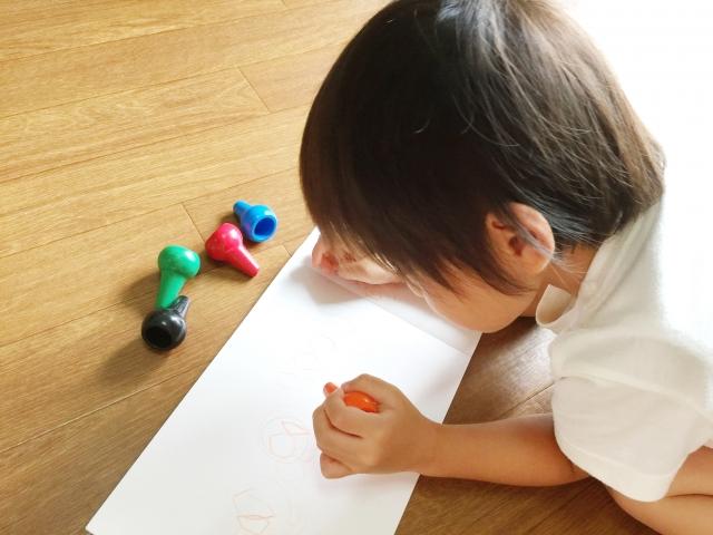 将来の夢を書く子供