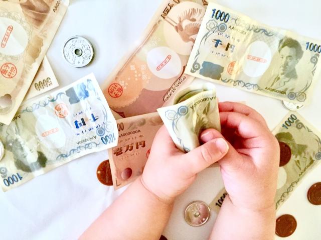 お金を持っている子供、そろばんの費用について