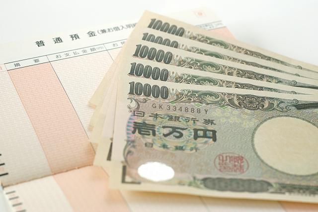 通帳と一万円札