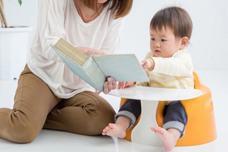 子供に絵本の読み枷をしている