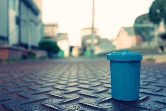 道に置かれたゴミ箱