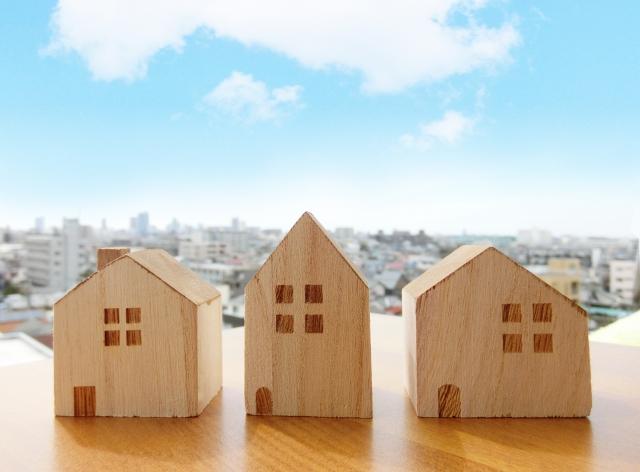 3軒並んだ家の模型