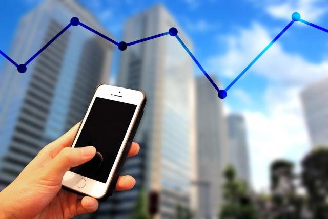 スマートフォンと折れ線グラフ