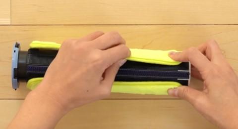 床拭きロボットのローランのローラに専用モップを巻き付ける