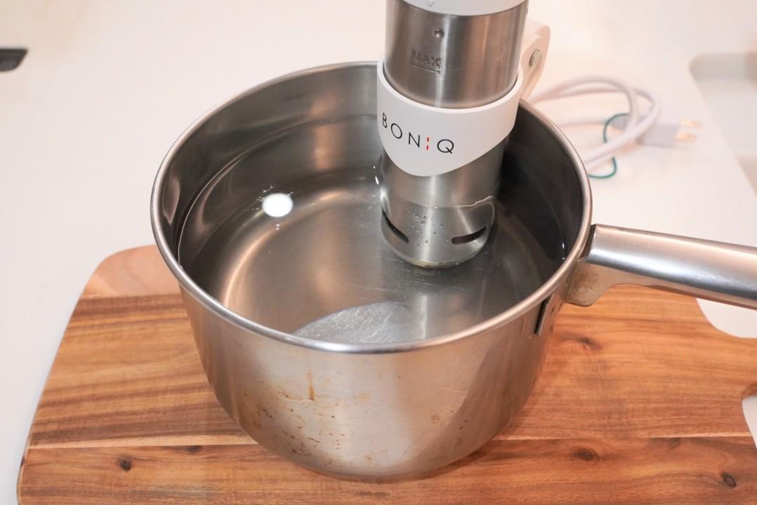 ボニークをセットした鍋にお湯を入れる